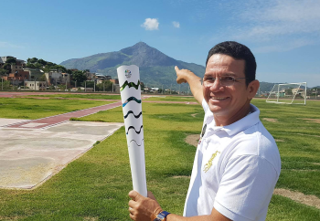 local pilot Moisés 'Moka' Sodré with the Olympic Torch at Feira da Paz